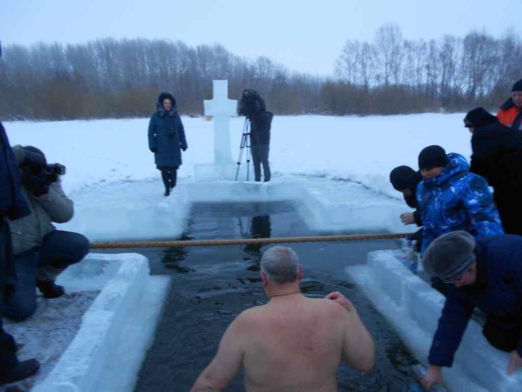 Крещение Господне. Купание в проруби зимой