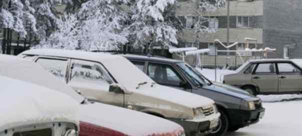 Машины во дворах под снегом