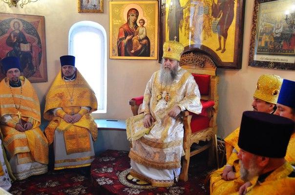 Митрополит Оренбургский и Саракташский Вениамин в алтаре на троне