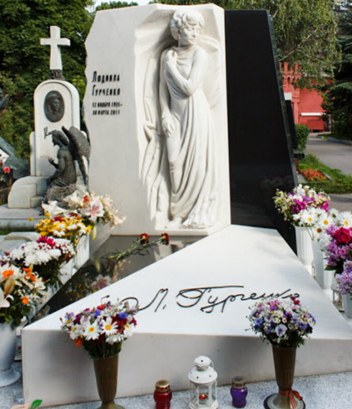 Прогулка по Новодевичьему кладбищу к могиле Гурченко