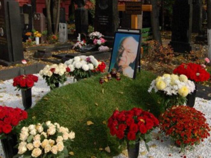 Прогулка по Новодевичьему кладбищу к могиле Михалкова