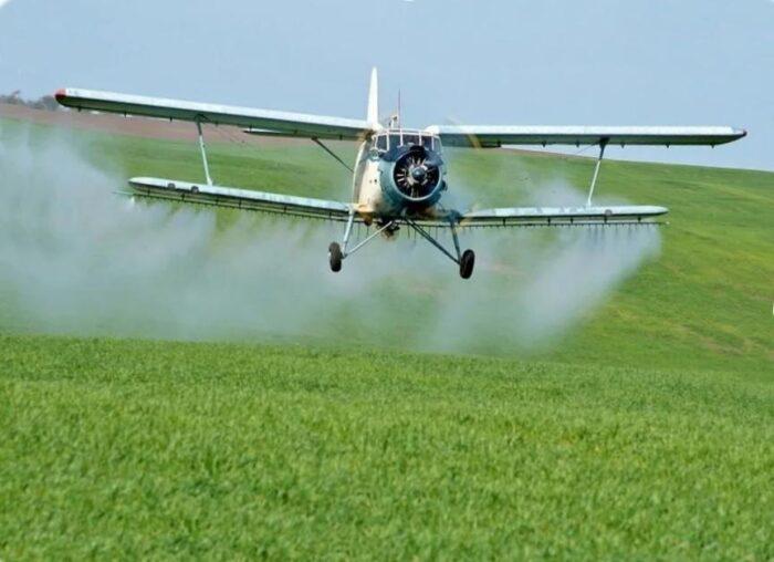 Самолет Ан-2 подкармливает озимые